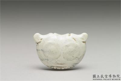 紅山文化晚期 帶齒獸面玉珮