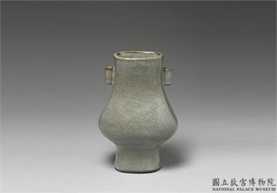 清 仿官釉青瓷貫耳方壺