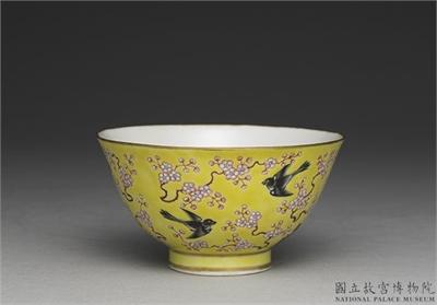 清 同治 粉彩黃地梅鵲紋碗