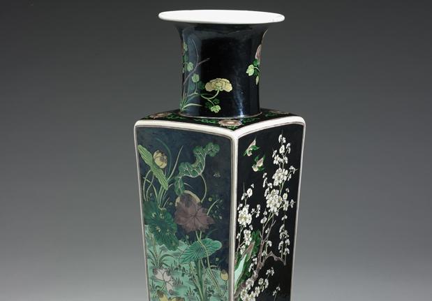墨地素三彩四季花鳥瓷方瓶