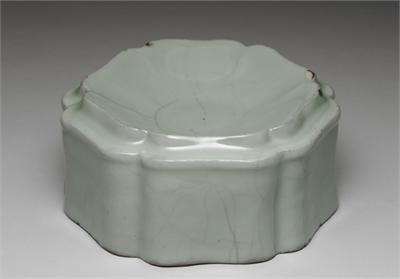 南宋 官窯 青瓷葵花式套盒